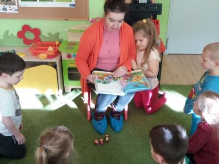 Mama Eli czyta Motylkom bajkę pt.: Masza i Niedźwiedź